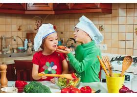 快乐家庭有趣的孩子们正在厨房准备新鲜的蔬_7764757