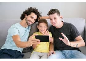 快乐的同性恋父母和孩子用手机进行视频通话_11298085