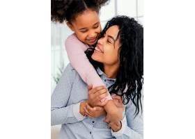快乐的母亲在家陪女儿玩耍_13108830