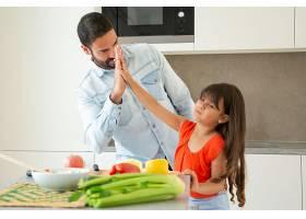 快乐的父女俩一起在厨房做饭击掌女孩和她_9648966