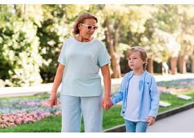 奶奶和孩子在公园散步_10849656