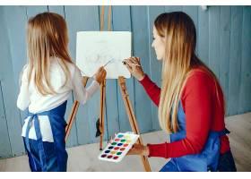 妈妈和女儿在画画_3828046