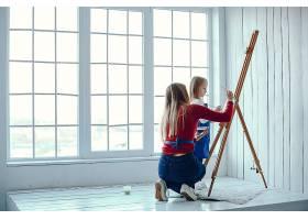妈妈和女儿在画画_3828073