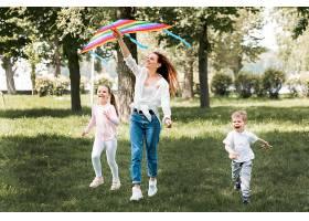 孩子和妈妈玩五颜六色的风筝_9009980