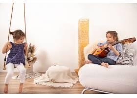 家庭娱乐两个小姐妹一起玩耍孩子的发展_9513108