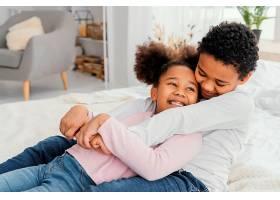家里两个笑容可掬的兄弟姐妹在一起的高角度_13108806