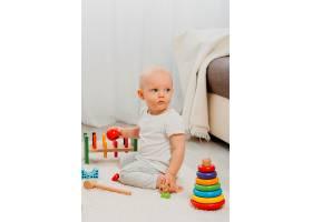 家里有玩具的可爱婴儿的前景_11904622