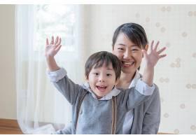 小男孩和年轻的母亲一起微笑着玩耍_5388960