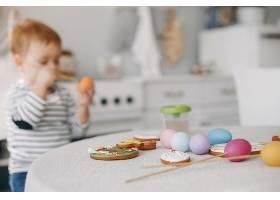 小男孩坐在厨房的油画里_4587528