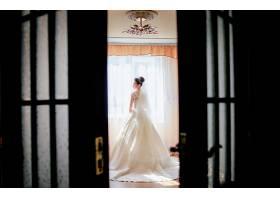 从门后看一位站在豪华酒店房间里的漂亮新娘_2631481