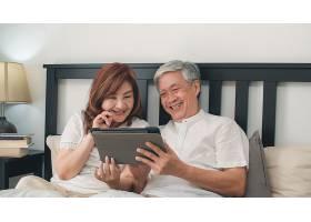 亚洲老年夫妇在家使用平板电脑亚洲年长的_5820718