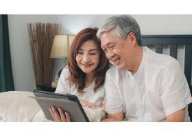 亚洲老年夫妇在家使用平板电脑亚洲年长的_5820729