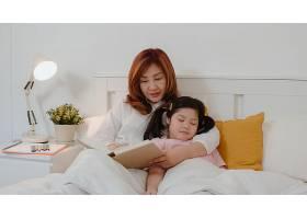 亚裔奶奶在家给孙女读童话年长的中国人_5820838