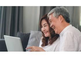 亚裔高年级夫妇在家视频通话亚洲年长的中_5820776