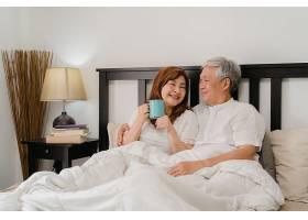亚裔高年级夫妇在家里的床上聊天亚裔年长_5820705