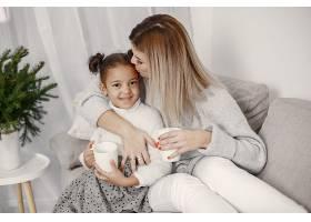 人们在为圣诞节做准备母亲和女儿一起玩耍_11776904