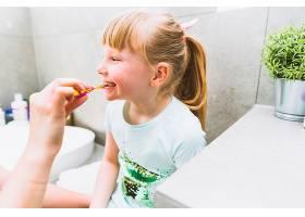 作物妈妈给女儿刷牙_2323416