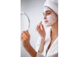 使用美容面膜的妇女_3962677