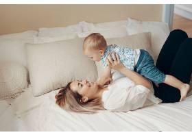 做生意的妈妈休息一下多任务自由职业者_7303061