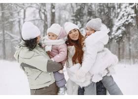 全家一起过圣诞假期有孩子的祖父母人们_13272595