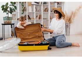 全景拍摄的女人和带着行李的女孩_13106693