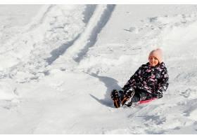 全景笑脸女孩在室外的雪地里_13106672