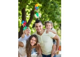 公园里有玩具风车的家庭_1631528