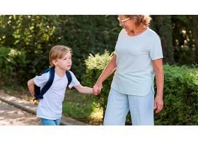 公园里的奶奶和孩子_10849648