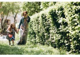 公园里的母女俩_2527864