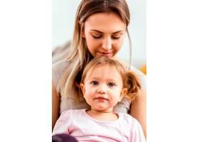 一名妇女在母亲节活动中与女儿共度时光_12658827