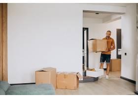 一位年轻人搬进了新房子_10025374