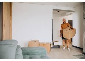 一位年轻人搬进了新房子_10025378
