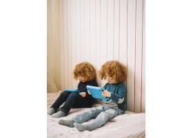 红头发双胞胎看数字平板电脑的特写_3735220