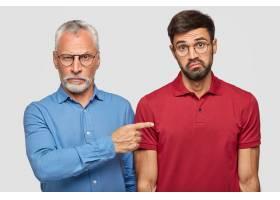 英俊的没有刮胡子的严肃的男性戴着眼镜_10421260