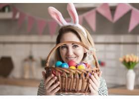 美丽的母亲拿着装鸡蛋的篮子的肖像_6986929