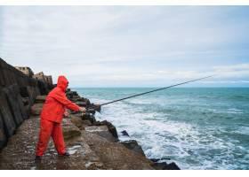 老人在海里钓鱼_9082670