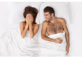 近距离观察躺在床上的一对夫妇他们盖着白_12950731