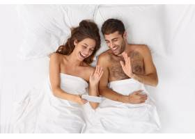 近距离观察躺在床上的一对夫妇他们盖着白_12951048