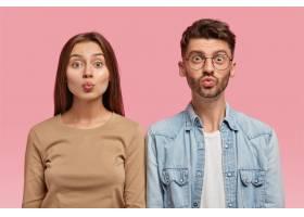 迷人的女朋友和男朋友的肖像做鬼脸_12084426