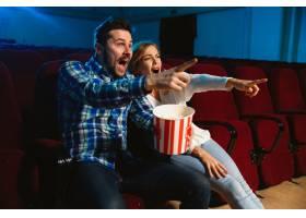 迷人的年轻高加索夫妇在电影院房子或电影_11649216