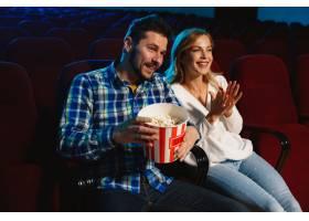 迷人的年轻高加索夫妇在电影院房子或电影_12265135