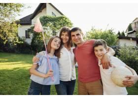 欢快的一家人站在公园的绿色大自然上野餐_5098247