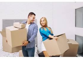 欢快的人们在新房子里拿着箱子_1441087