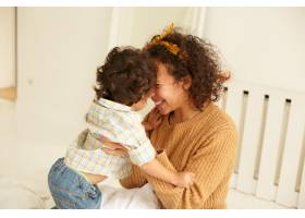 欣喜若狂的年轻卷发母亲怀里抱着小儿子在_11202164
