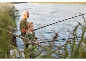 欧洲人头发花白的成熟父亲带着儿子在湖边或_12843367