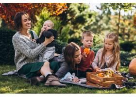 母亲带着四个孩子在后院野餐_5852285