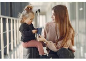 母亲带着女儿在机场_7722058