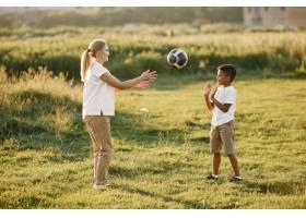 欧洲母亲和非洲儿子一家人在夏季公园里_10884082
