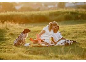 欧洲母亲和非洲儿子一家人在夏季公园里_10884129