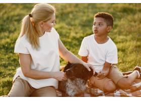 欧洲母亲和非洲儿子一家人在夏季公园里_10884141